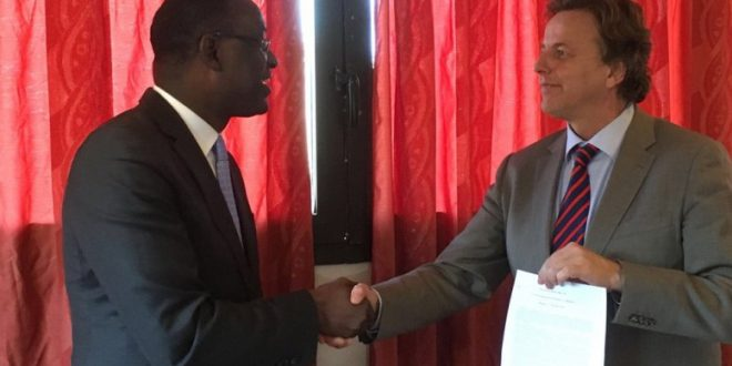 abdoulaye-diop-ministre-affaires-etrangeres-bert-koenders-pays-bas-accord-signature-document